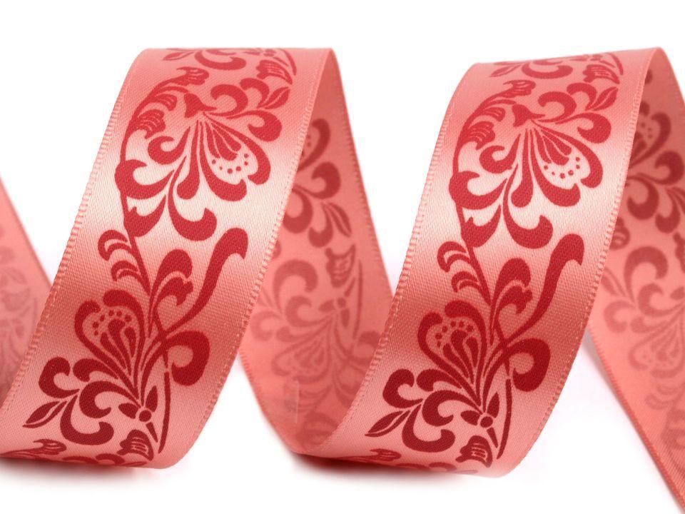 Atlasová stuha je kvalitní a určena převážně k dekoračním účelům. Její lícová strana, s natištěným květinovým ornamentem, je lesklá. Potisk je kvalitní, jednostranný a neodírá se. Stuhu nedoporučujeme
