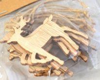 Dekorace dřevo závěs na jutovém provázku JELEN 4,4x5cm - 1ks