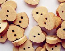 Dřevěný dekorační knoflík Srdíčko 15mm - 1ks