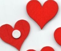 Dřevěná dekorace  SRDÍČKO červené s lepkou  3cm - 10ks