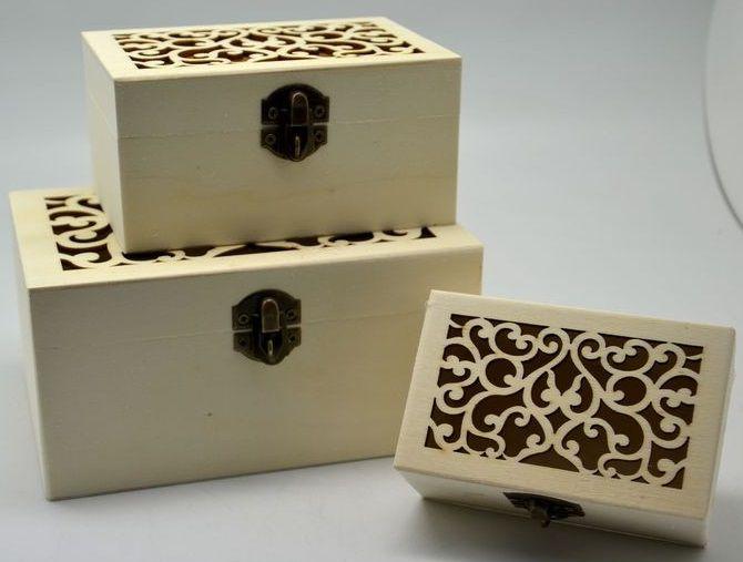 Vyřezávaná dřevěná krabička s kováním 1ks