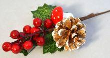 Dekorace VĚTVIČKA šiška,červené bobule,muchomůrka - 24cm
